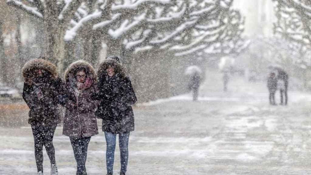 Varias personas caminan entre la nieve en Burgos.